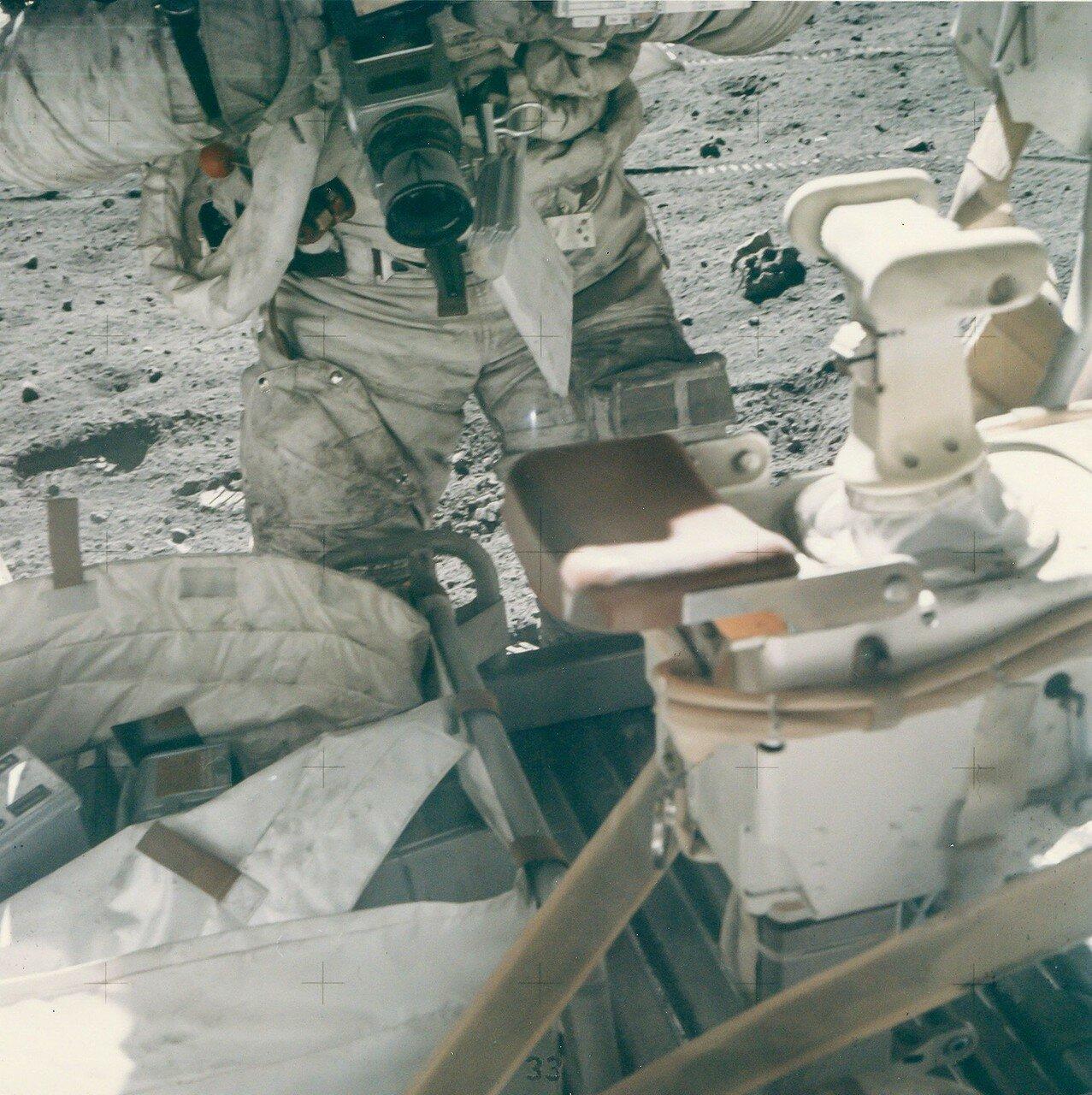 Сразу после начала второй ВКД Янг переместил ультрафиолетовую фотокамеру ближе к лунному модулю. На снимке: Джон Янг меняет кассету в камере Hasselblad