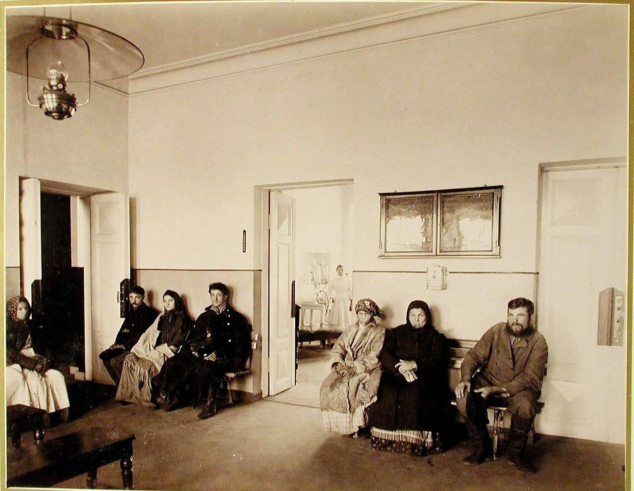 05. Местные жители в ожидании приёма в амбулатории Могилевской Александринской общины сестер милосердия