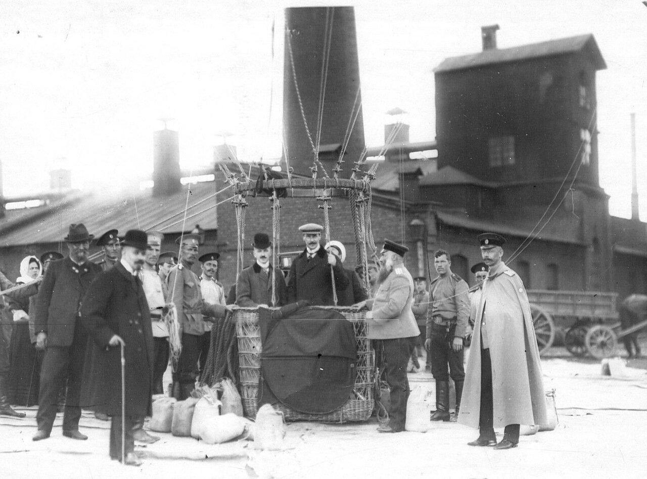 62. Авиаторы в корзине воздушного шара перед подъемом с территории Газового завода