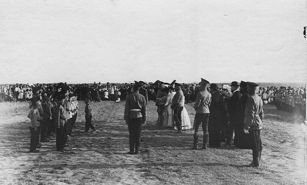 01. Толпы зрителей наблюдают за построением потешных лейб-гвардии Семеновского полка
