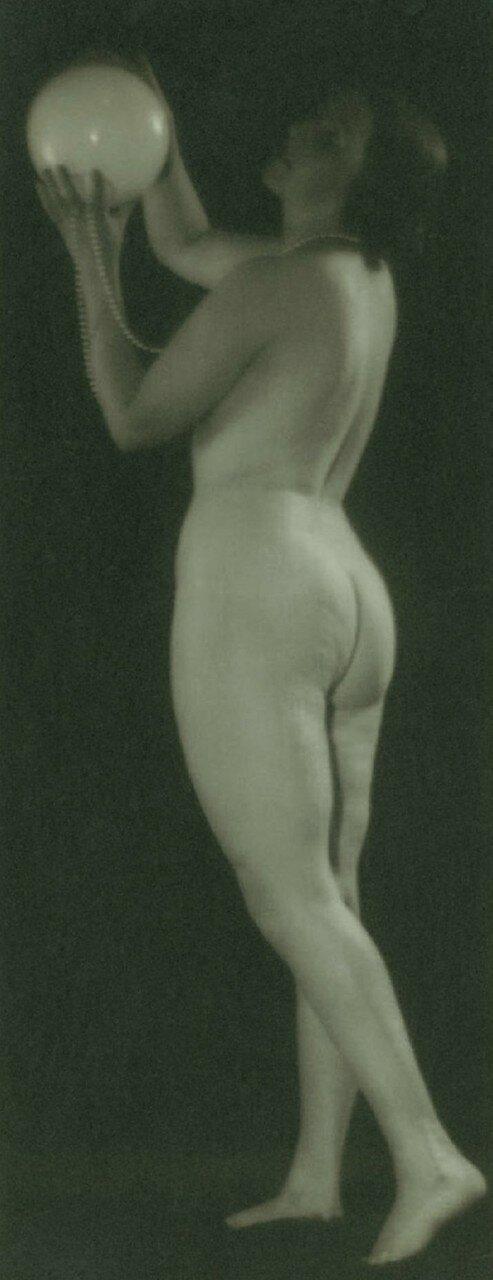 1930. Обнаженная с мячом