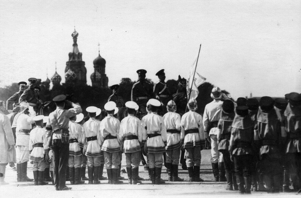 41. Император Николай II с группой офицеров объезжает отряды потешных пожарной команды, выстроившихся перед началом парада