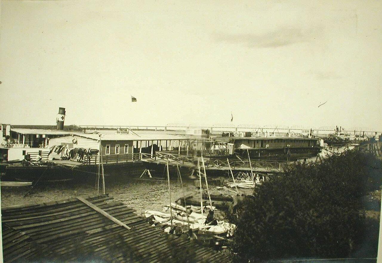 19. Общий вид пристани с баржами-лазаретами на р. Сунгари. Харбин