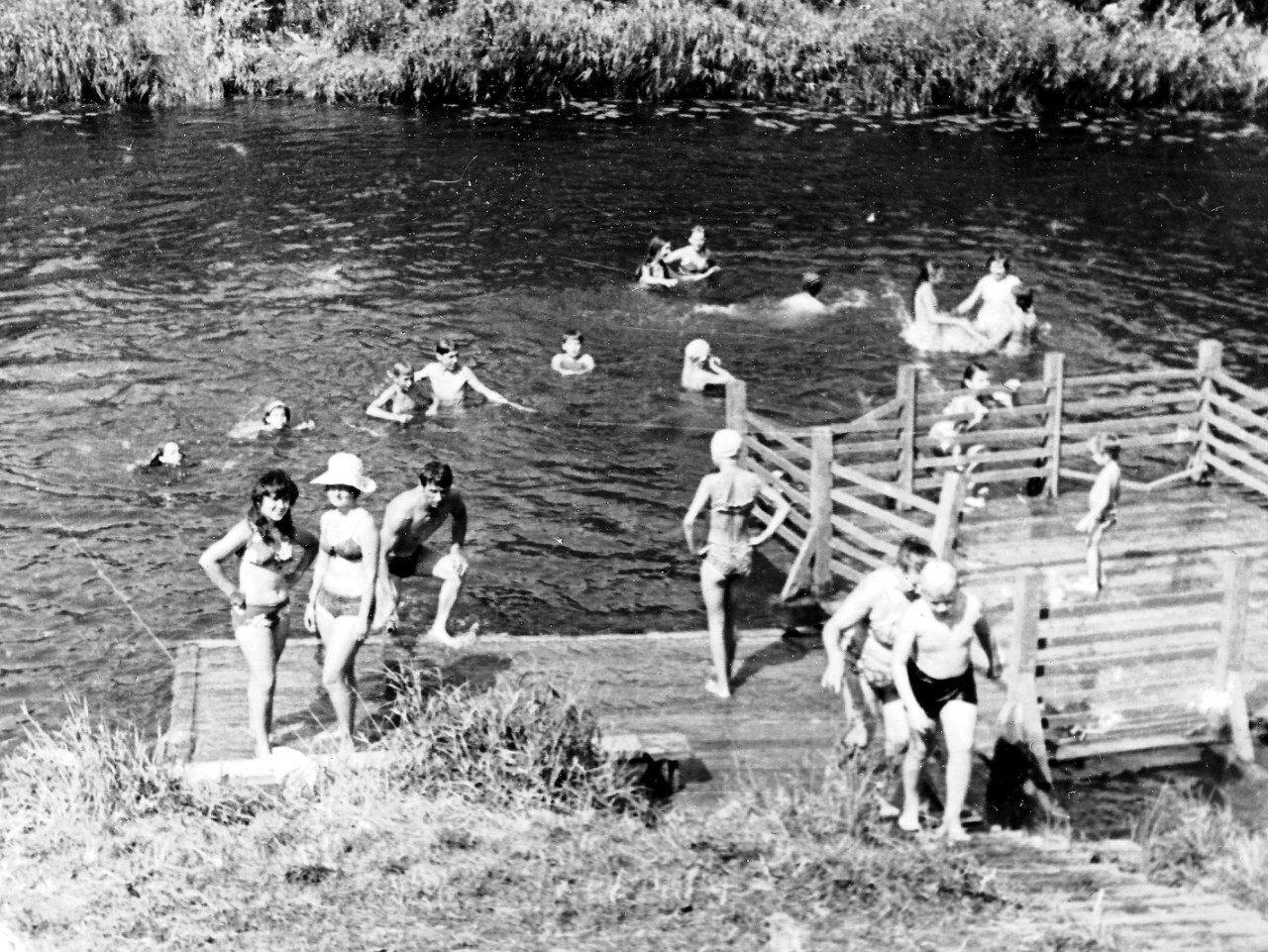 1975. Пионерский лагерь  «Дзержинец». Купание