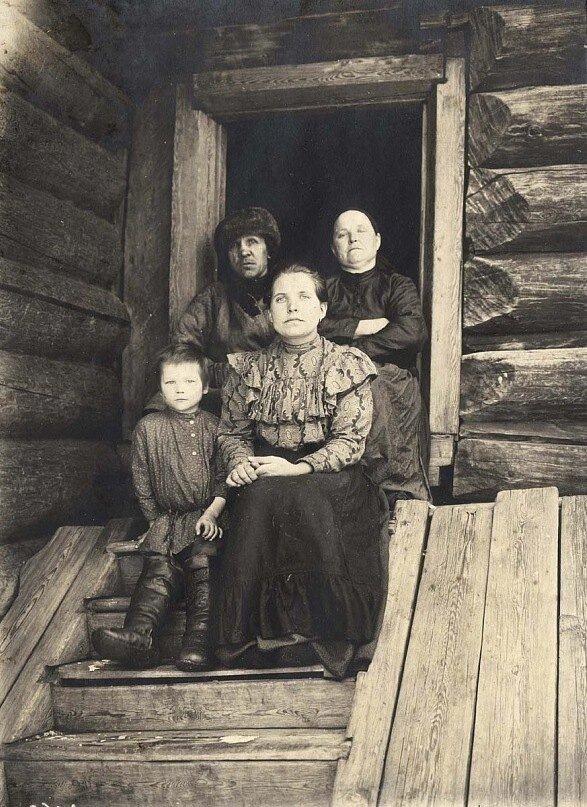 1911 Енисейский уезд, богатая крестьянская семья.jpg