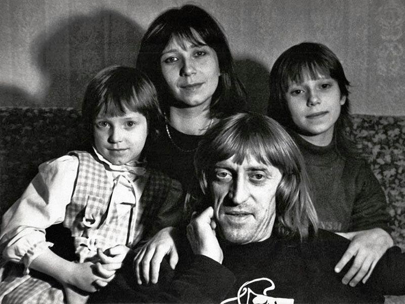 1184 Виктор Авилов с женой Галиной и дочерьми Олей и Аней.jpg