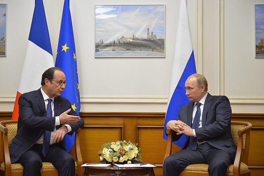 Путин и Олланд в аэропорту.png