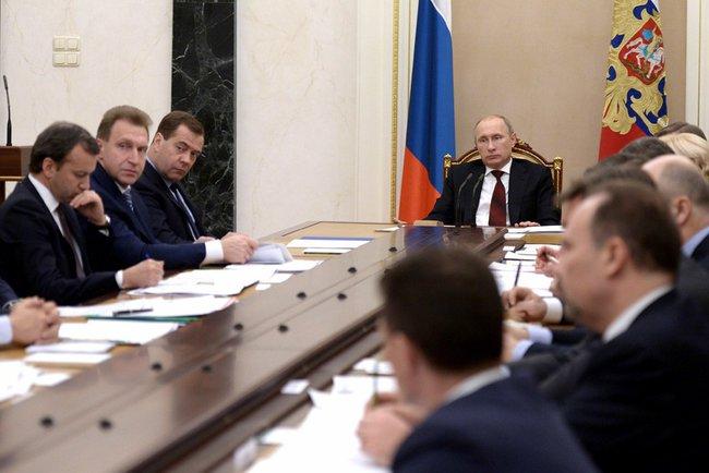 Путин на совещании с правительством.jpeg