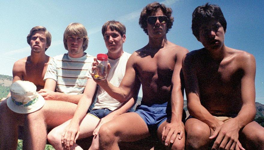 Пятеро школьных друзей повторяют одну и ту же фотографию больше 30 лет (8 фото)