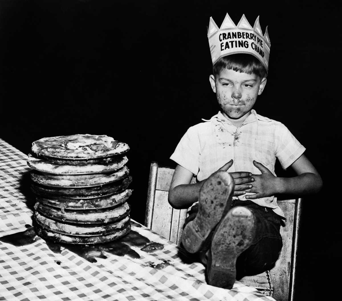 8. 1948 год. 6-летний Ричард Барански наслаждается своей победой после того, как съел 10-дюймовый кл