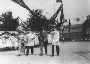 Группа немецких моряков направляется к месту парада.