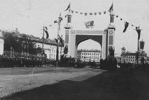 Торжественная встреча персидского шаха Мозафара-эд-дина у ворот, построенных в честь его приезда, на Невском проспекте у Знаменской площади.