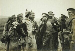 Корреспондент газеты  Таймс  Стэнли Уошбурн ( в центре ) беседует с немецкими и австрийскими пленными.