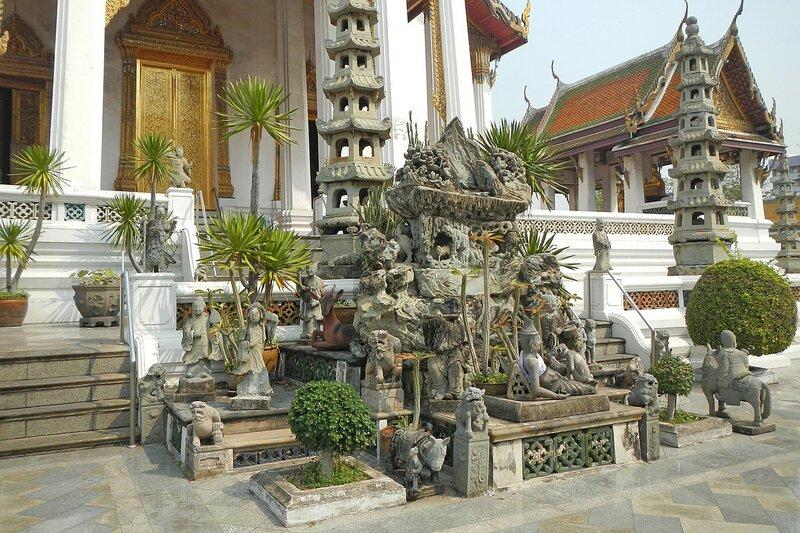 Скульптурная группа у заднего входа в храм Ват Сутхат (Wat Suthat Thep Wararam) в Бангкоке