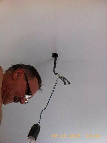 Провода из потолка - укрощение электрика