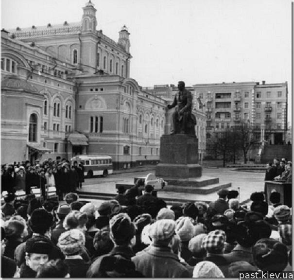 Митинг, посвященный открытию памятника Н. Лысенко на Театральной площади.