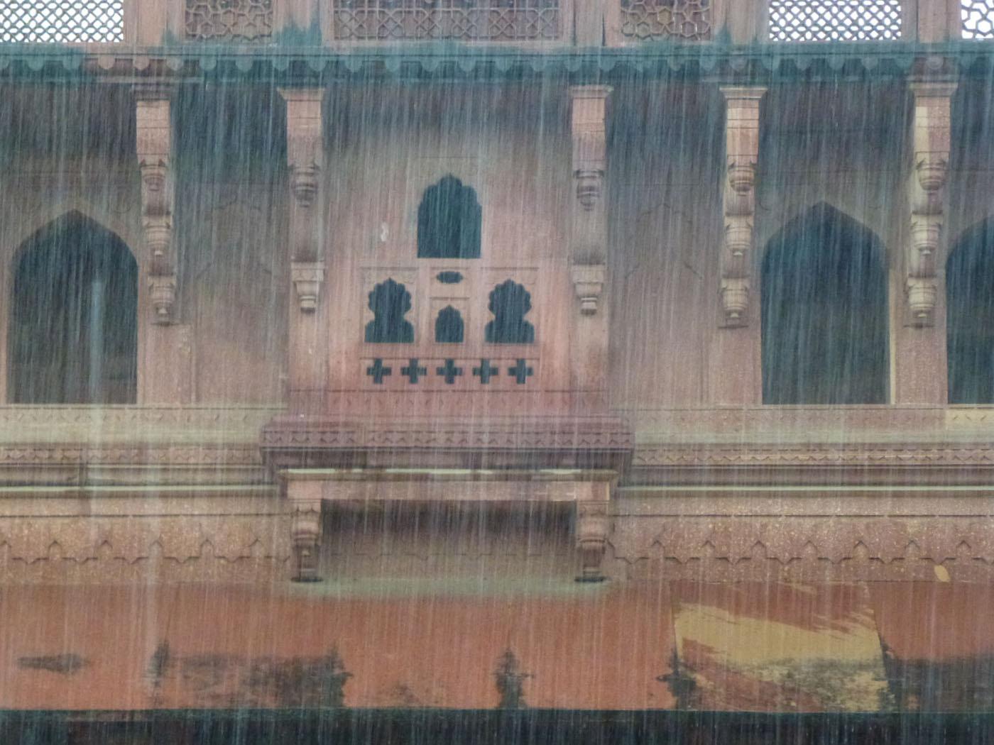 Фотография 18. Наш отдых в Индии. Дождик у стен Красного форта Агры.
