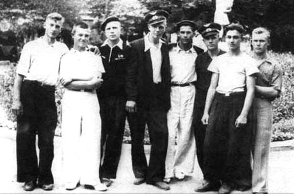 Юрий Гагарин (третий справа) - курсант Саратовского аэроклуба ДОСААФ
