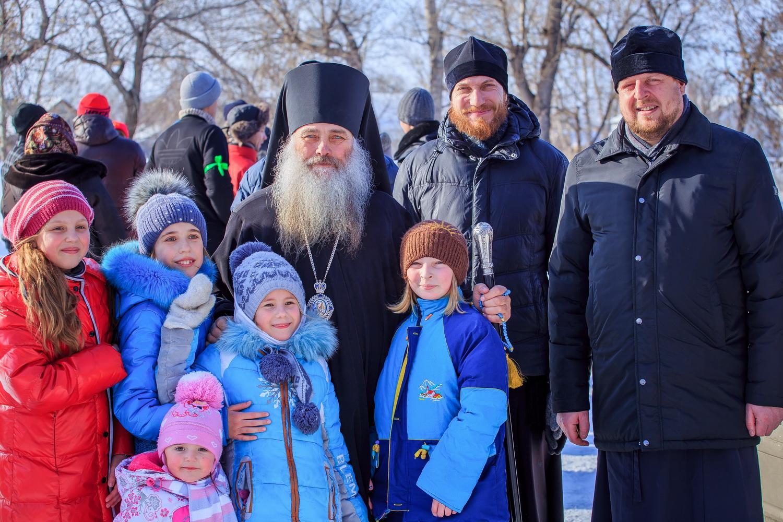 Епископ Сергий поздравил молодежь с праздником и вручил награды