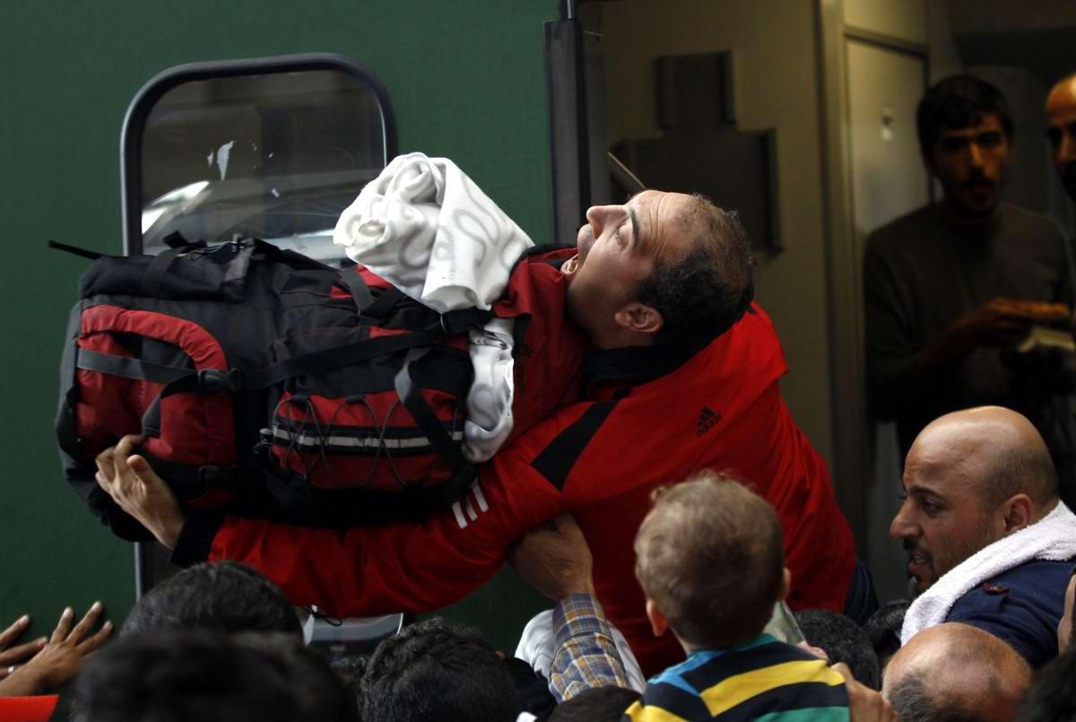 Штурм Будапешта: Мигранты с Ближнего Востока на ж/д вокзал венгерской столицы (21)