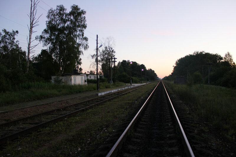 Платформа и здание на станции Рождествено