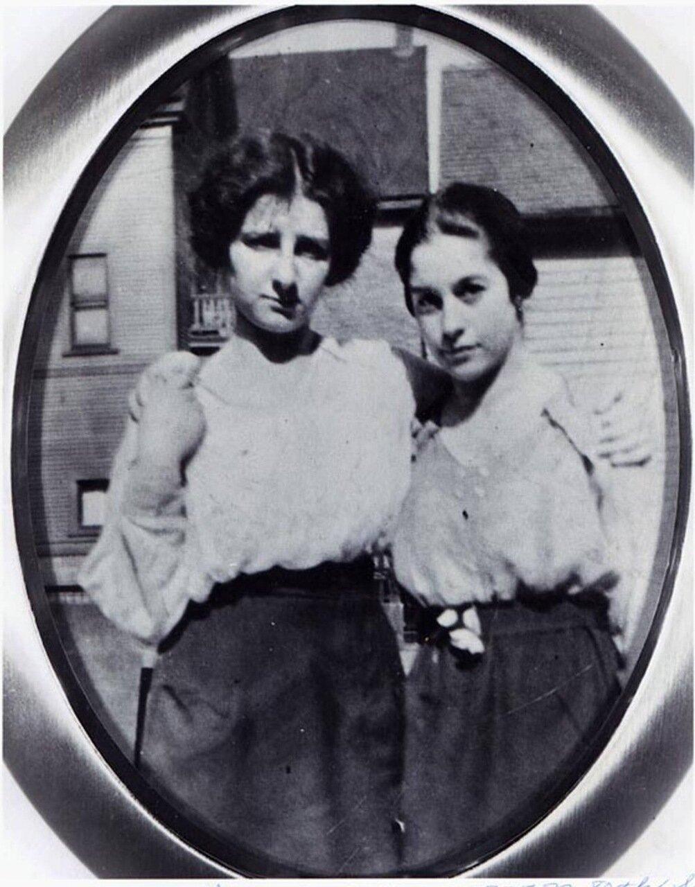 1914.  Голда Меир с Сэди Гершон в Милуоки