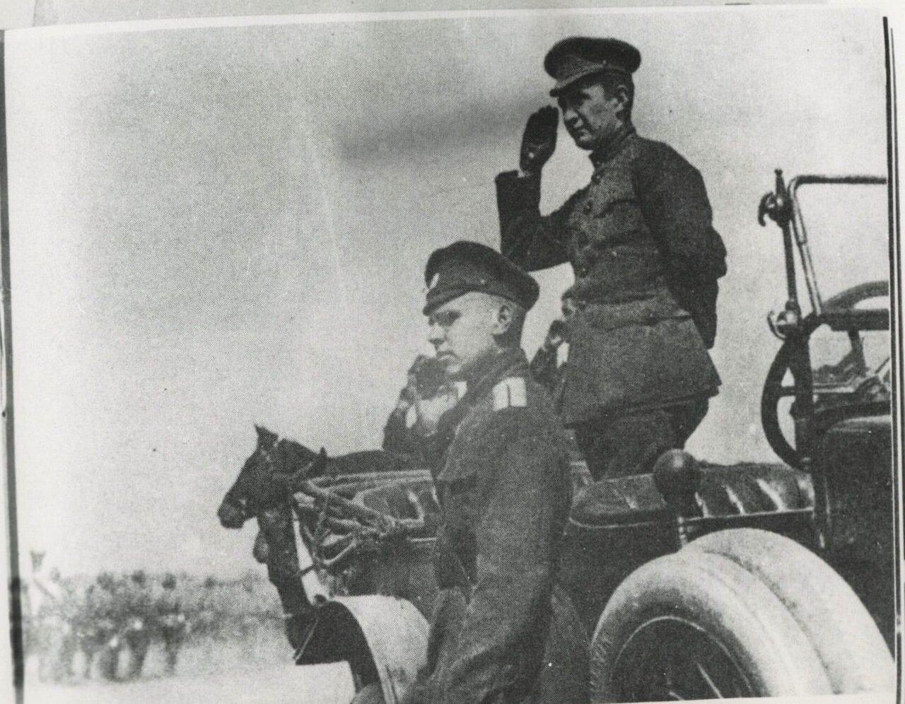 1917. А. Керенский на автомобиле приветствует войска