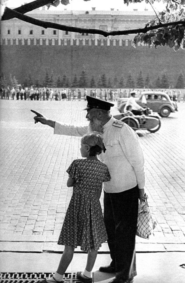 1954. Москва. Красная площадь. Старый железнодорожный рабочий с внучкой