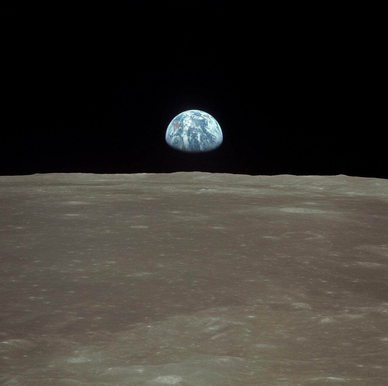 Далее он наддул переходной туннель, открыл люк и передал Армстронгу и Олдрину пылесос. Они, насколько было возможно, почистили скафандры и всё, что предстояло перенести в командный модуль. Коллинз стал третьим человеком, увидевшим лунный грунт. Армстронг,