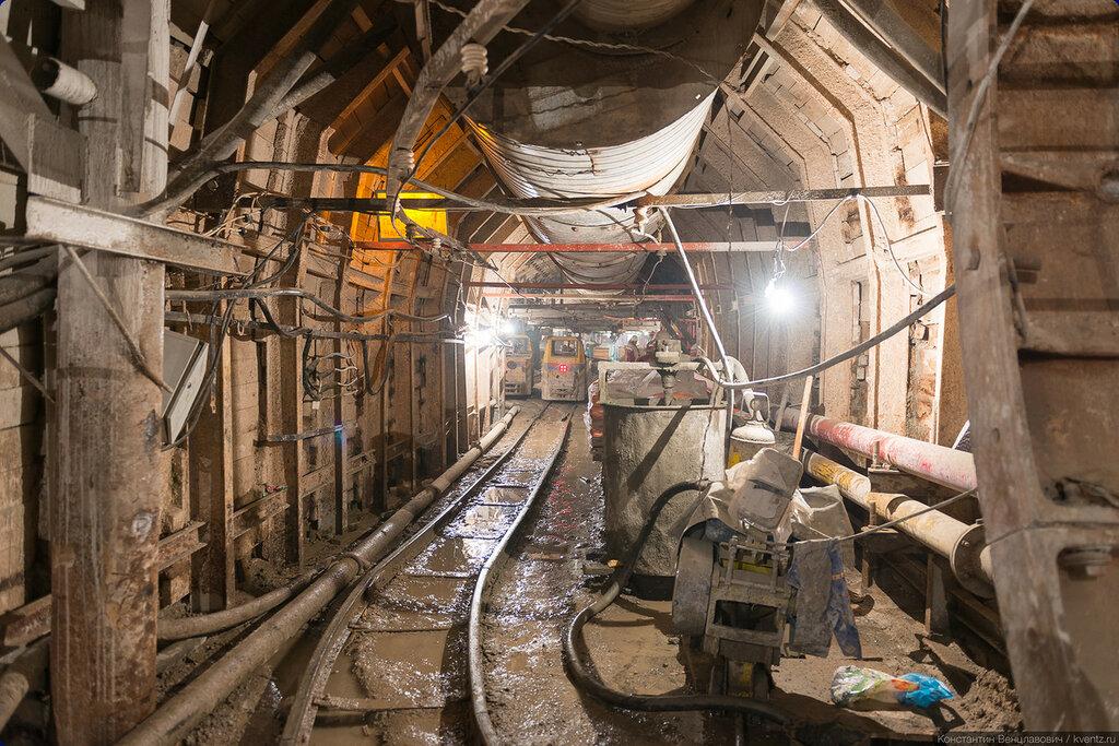 Попорот из ППТ в подходную штольню. Вдалеке — рудничный двор