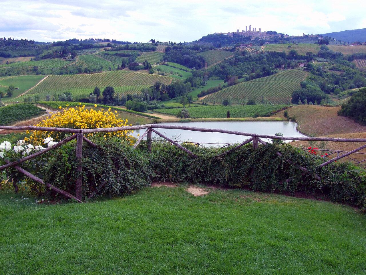 Окрестности винодельни Poggio Alloro. На заднем плане город Сан-Джиминьяно (San Gimignano)