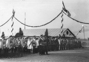 Императоры Николай II и Вильгельм II и сопровождающие их офицеры наблюдают за парадом.