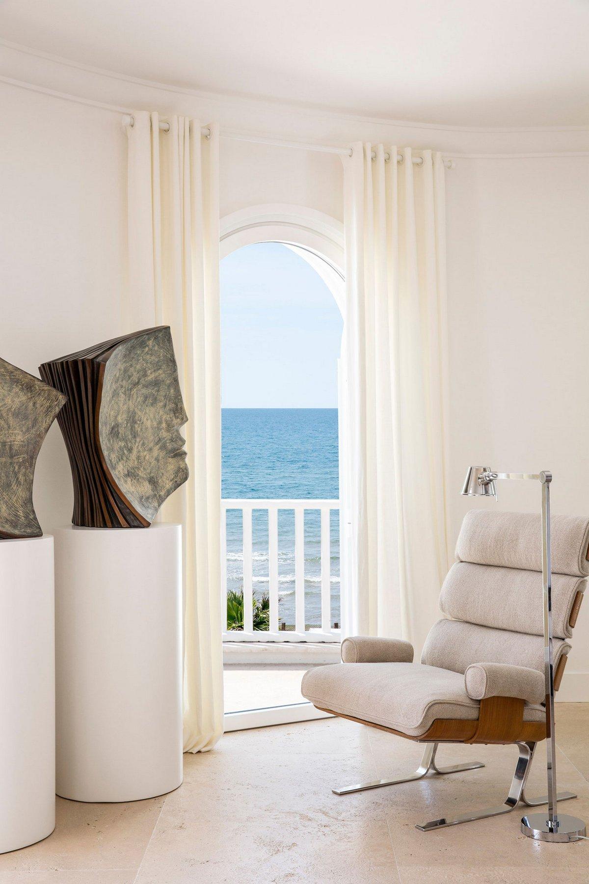 Stefano Dorata Architetto, Тирренское море, частный дом в Италии, светлый дизайн интерьера, арочные окна в доме, дом на берегу моря, дом с видом на море