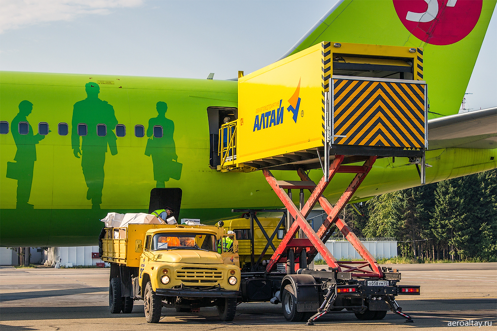 Обслуживание самолета S7 в аэропорту Барнаула