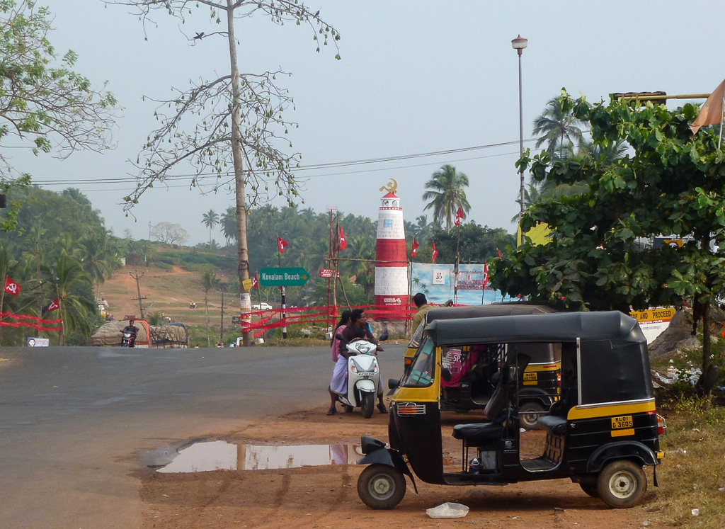 Фотография 19. Развилка дороги в Коваламе, от нее спуск к пляжу у маяка. Туры в Индию, в штат Керала