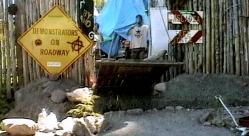 Форпост со рвом и подъёмным мостом, в котором активисты жили около года.