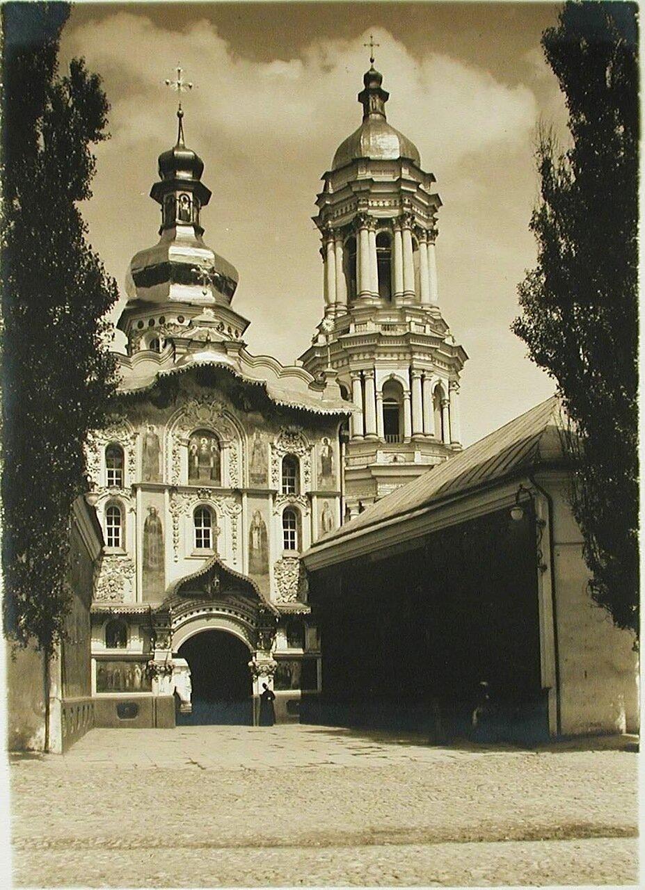 40. Общий вид Троицкой надвратной церкви (1722-1729) и колокольни Успенского собора Киево-Печерской