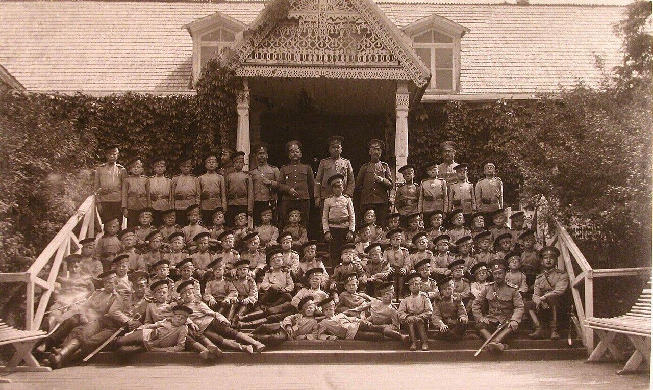 08. Потешные с группой офицеров-воспитателей во время пребывания в летнем лагере