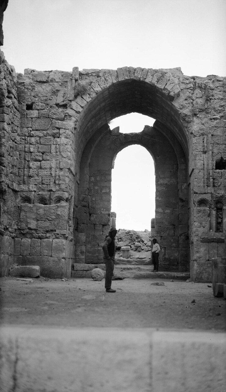 Вид на руины изнутри храма в древнем городе Филадельфия