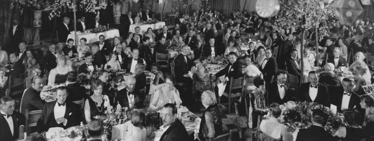 1929. Первая в истории церемония награждения премией американской киноакадемии прошла 16 мая 1929 года в голливудском «Рузвельт-отеле». Название «Оскар» для обозначения наград ещё не использовалось. Все номинанты получили так называемые «Благодарственные отзывы»