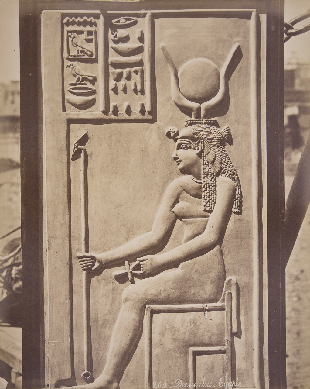 Барельеф Клеопатры в образе Исиды