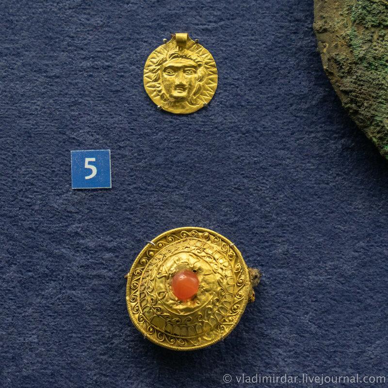 Медальон с изображением Гелиоса. Золото. Фибула-брошь. Золото, железо, сердолик. Конец II – начало I в. до н.э.