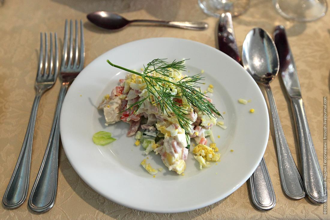 Салат Ярославна сыр, перец болгарский, ветчина, курица, яйцо, огарец, кукуруза