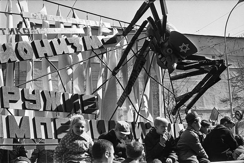Сионизм плетет сети. Борьба с интернетом в СССР, Москва, 1970-е, фото Владимира Сычева