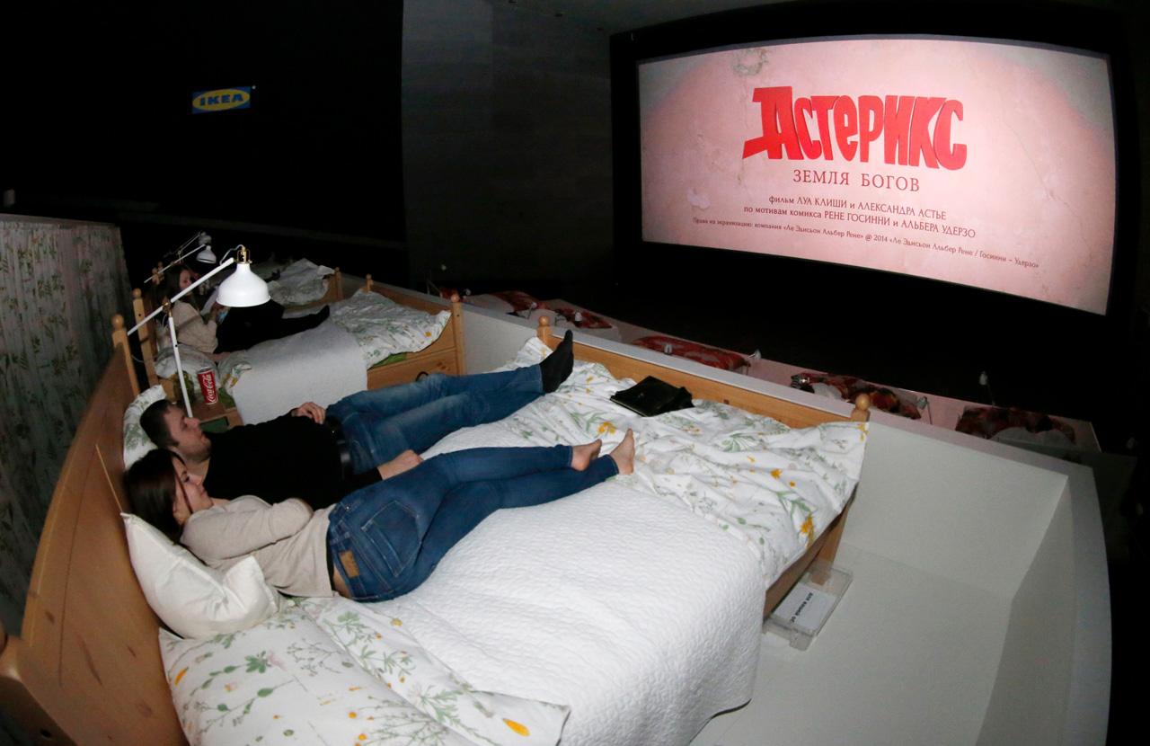 Посмотреть кино, не вставая с кровати (11 фото)