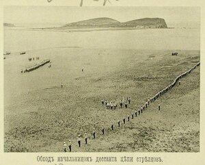 Начальник эскадренного десанта и сопровождающие его лица во время обхода цепи стрелков
