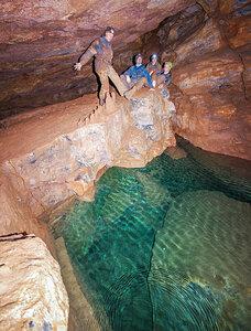 У подземного озера