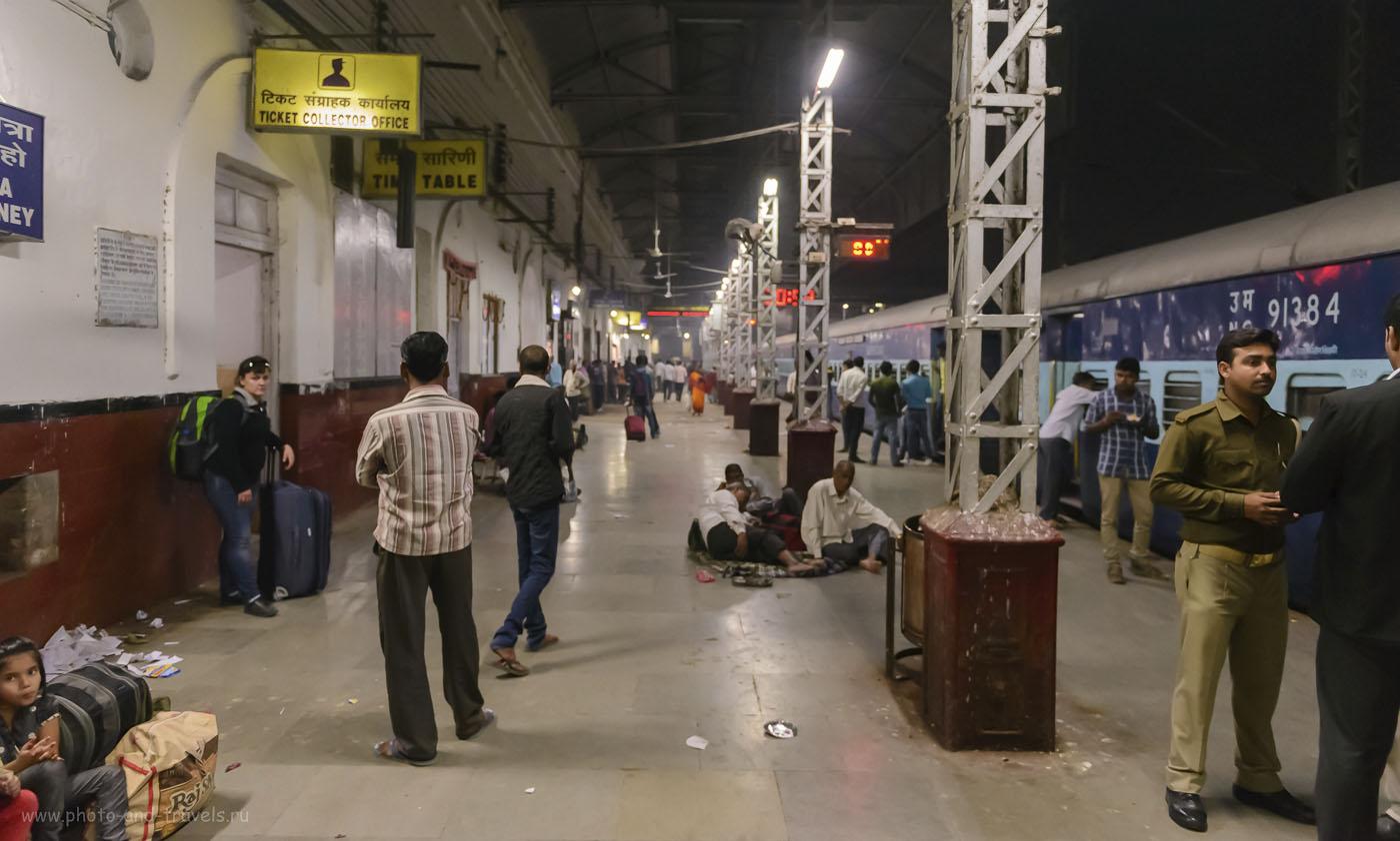 Фотография 14. Железнодорожная станция Mughal Sarai в окрестнотсях Варанаси. Путешествие по Индии. Катя стоит у двери с вывеской Ticket Office Collector, где можно узнать данные по актуальному статусу вашего билета.