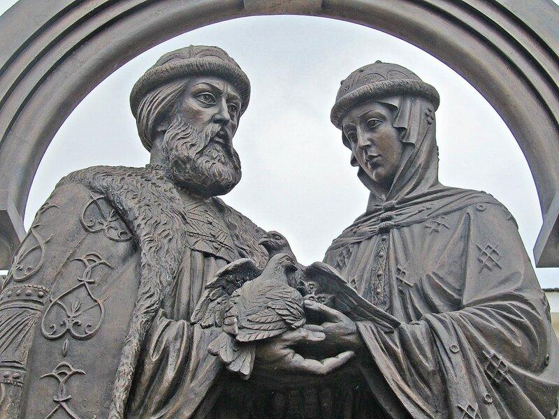 Памятник Петру и Февронии в сквере у храма Рождества Пресвятой Богородицы.(3)