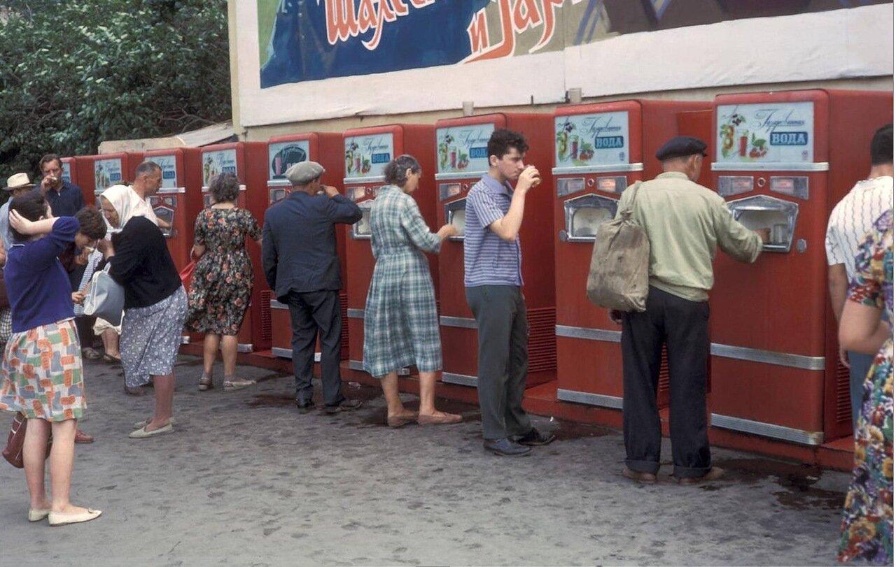 Автоматы по продаже безалкогольных напитков на площади Революции